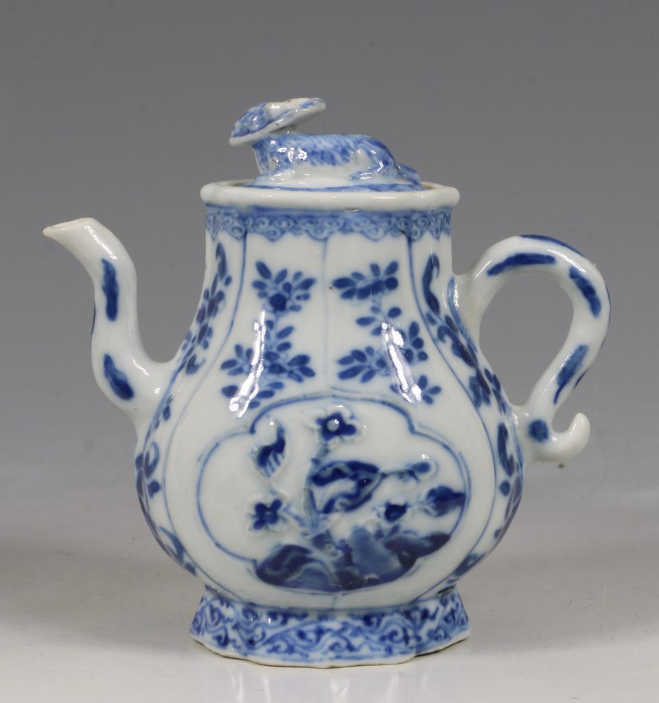 A Rare Pair of Kangxi Blue and White Ewers C1720 4