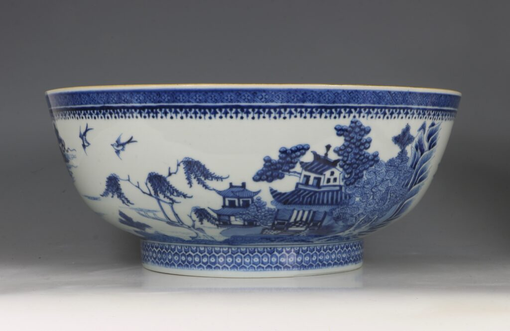 A Finely Decorated Large Blue and White Bowl Qianlong 3