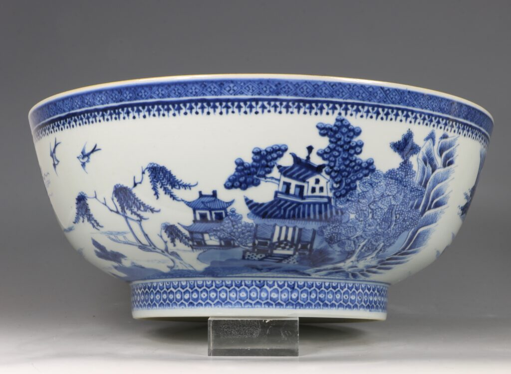 A Finely Decorated Large Blue and White Bowl Qianlong 5