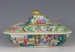 A Chinese Export Rose Mandarin Covered Vegetable Dish C1820