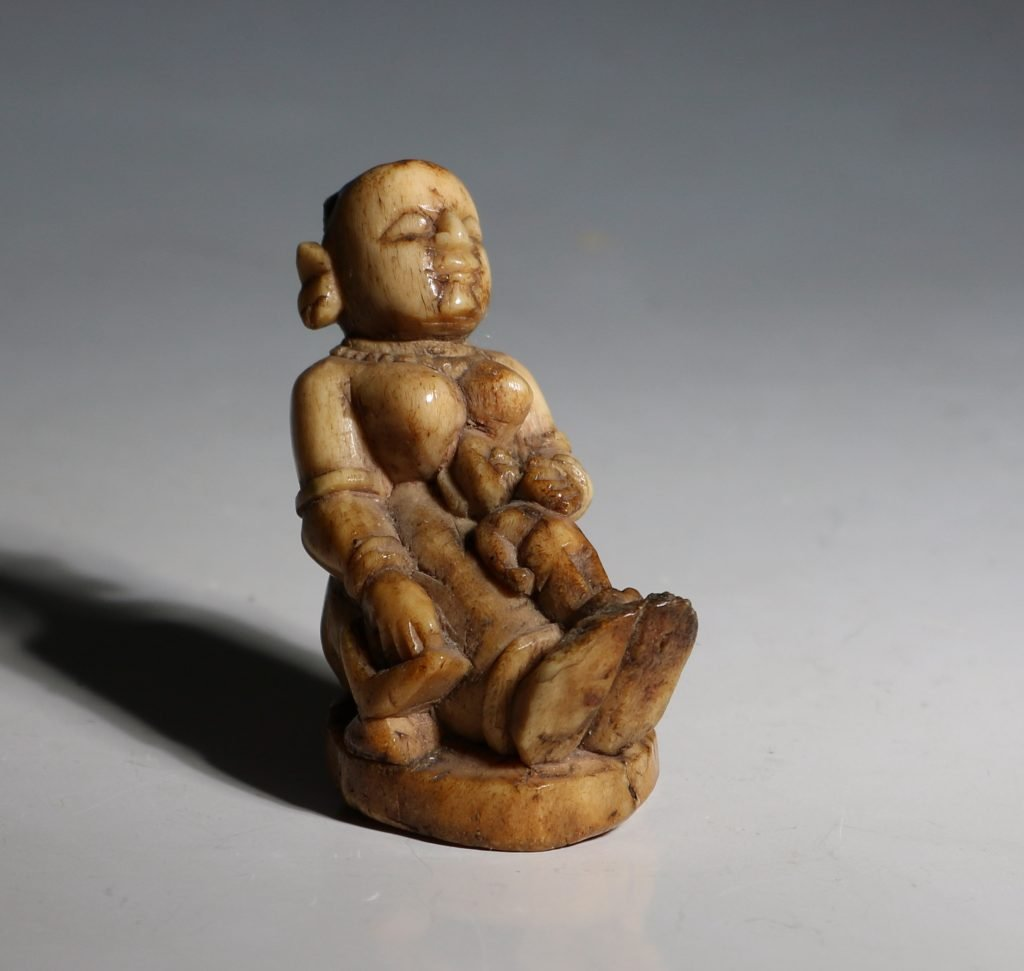 A Stag Antler Figure of a Mother and Child Eastern India 17/19thC 8