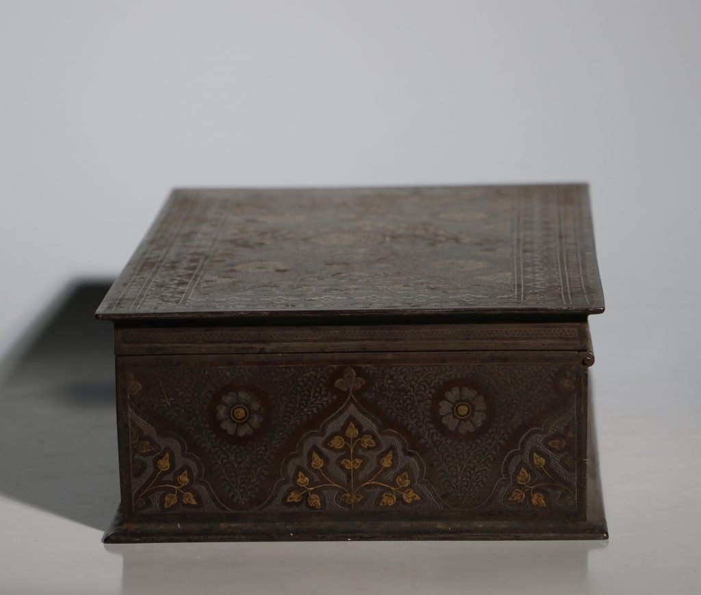 An Anglo Indian Armorial Koftgari Box 19thC 3